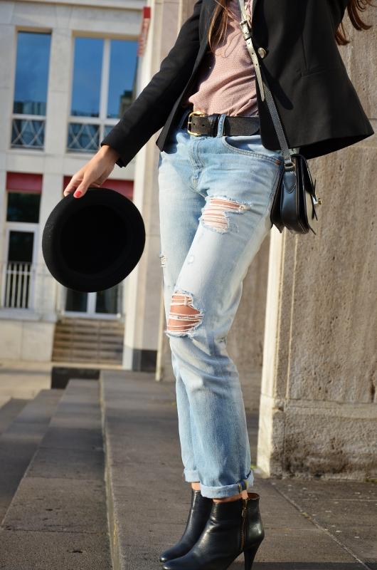 Outfit Boyfriend Jeans Blazer Ankle Boots und Hut 5