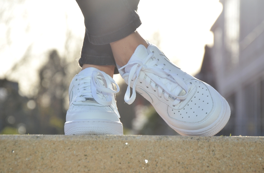 nike air force white sneakers outfit