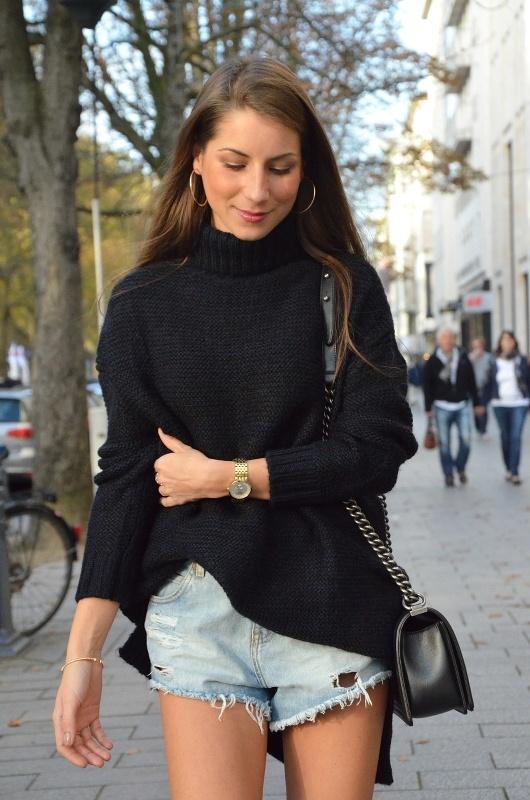 overknees rolkragen pullover jeans short Chanel boy bag outfit inspiration