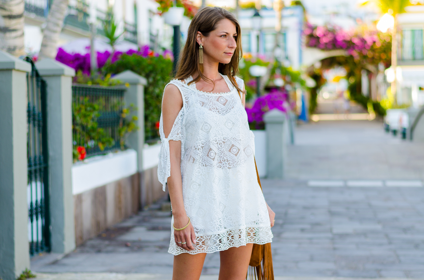 Outfit Boho Spitzenkleid von Free People Isabel Marant Sandalen und Fransentasche 13