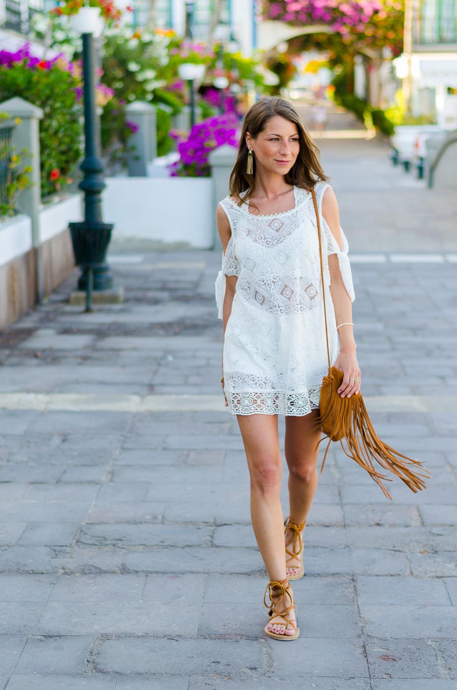 Outfit Boho Spitzenkleid von Free People Isabel Marant Sandalen und Fransentasche 14