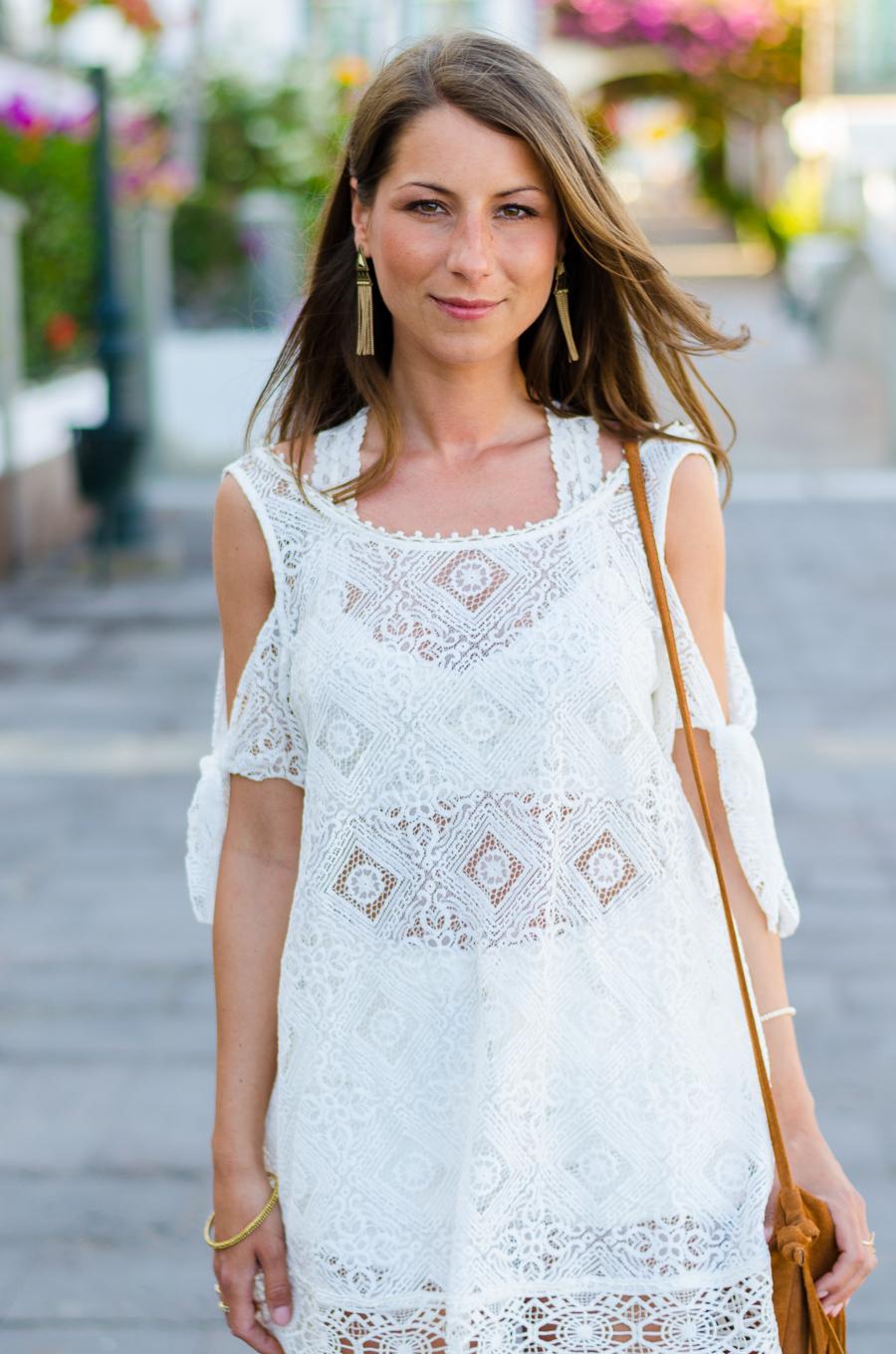 Outfit Boho Spitzenkleid von Free People Isabel Marant Sandalen und Fransentasche