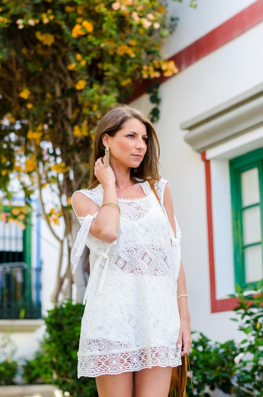 Outfit Boho Spitzenkleid von Free People Isabel Marant Sandalen und Fransentasche 6