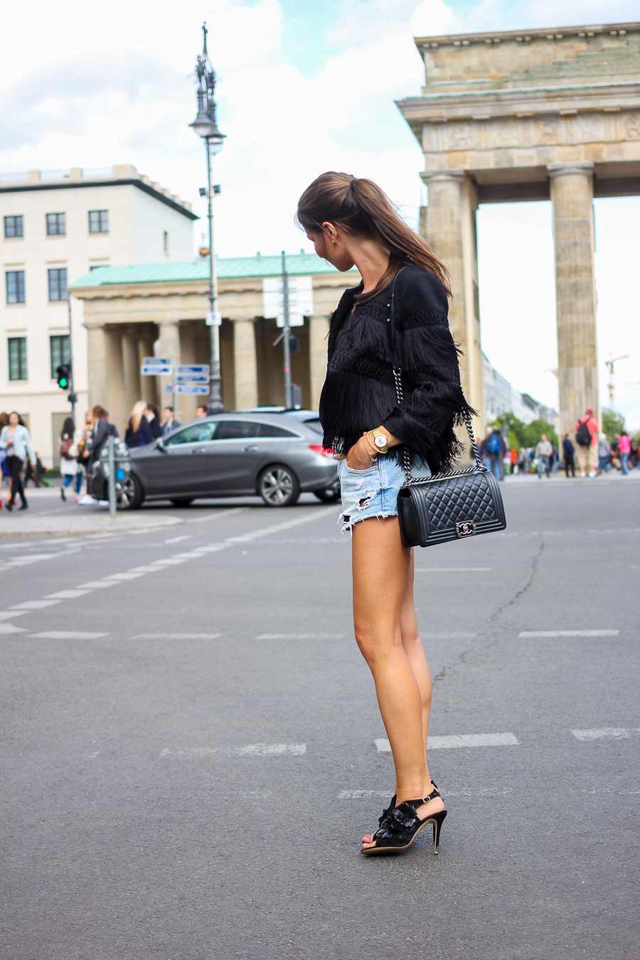Fashion-Week-Berlin-Outfit-Fransenjacke-Jeansshorts-12