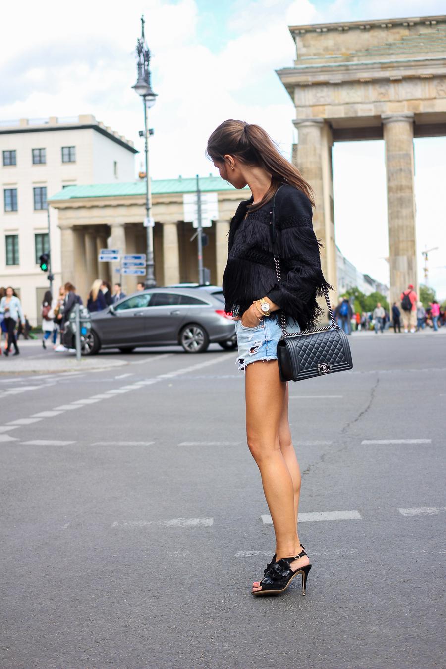 Fashion-Week-Berlin-Outfit-Fransenjacke-Jeansshorts-12