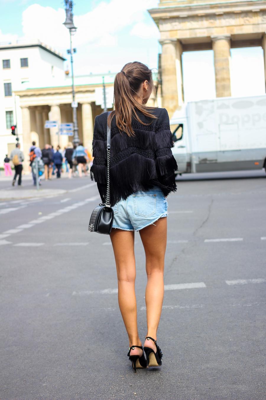 Fashion Week Outfit Fransenjacke Jeansshorts