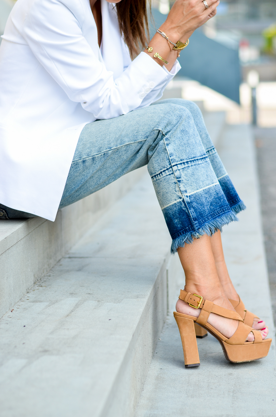 flare jeans cropped outfit sommer look style plateau sandalen