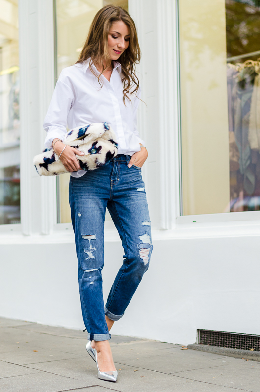white-shirt-silberne-pumps-clutch-boyfriend-jeans