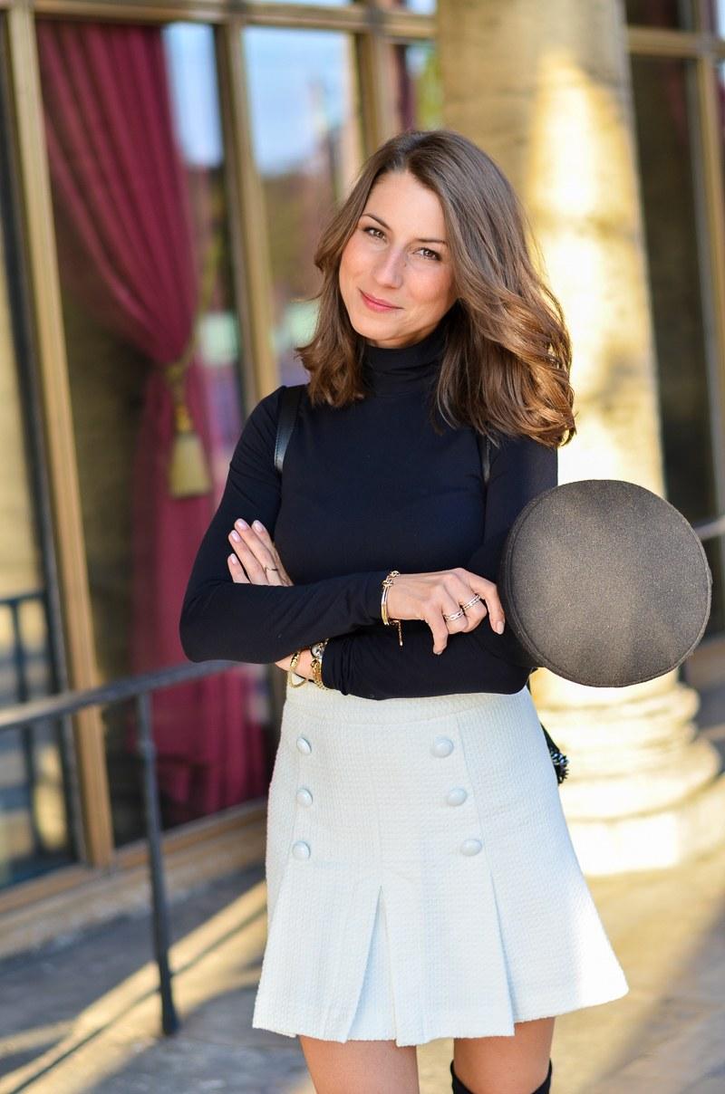 Outfit schwarze Overknees, weißer Rock mit Knöpfen von Zara und Rucksack 3