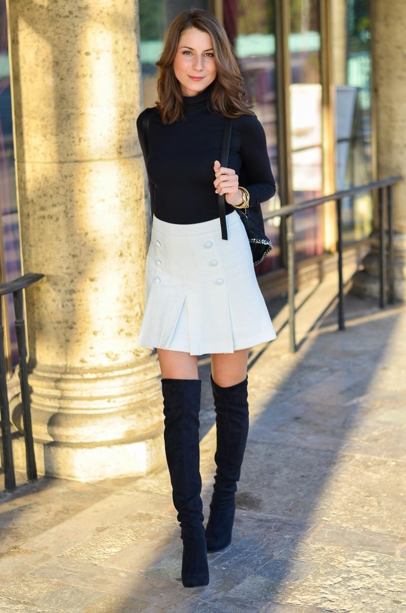 Outfit schwarze Overknees, weißer Rock mit Knöpfen von Zara und Rucksack 2