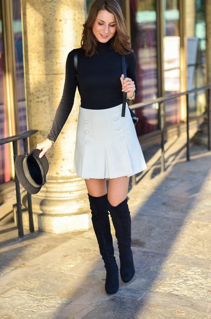 Outfit schwarze Overknees, weißer Rock mit Knöpfen von Zara und Rucksack 1