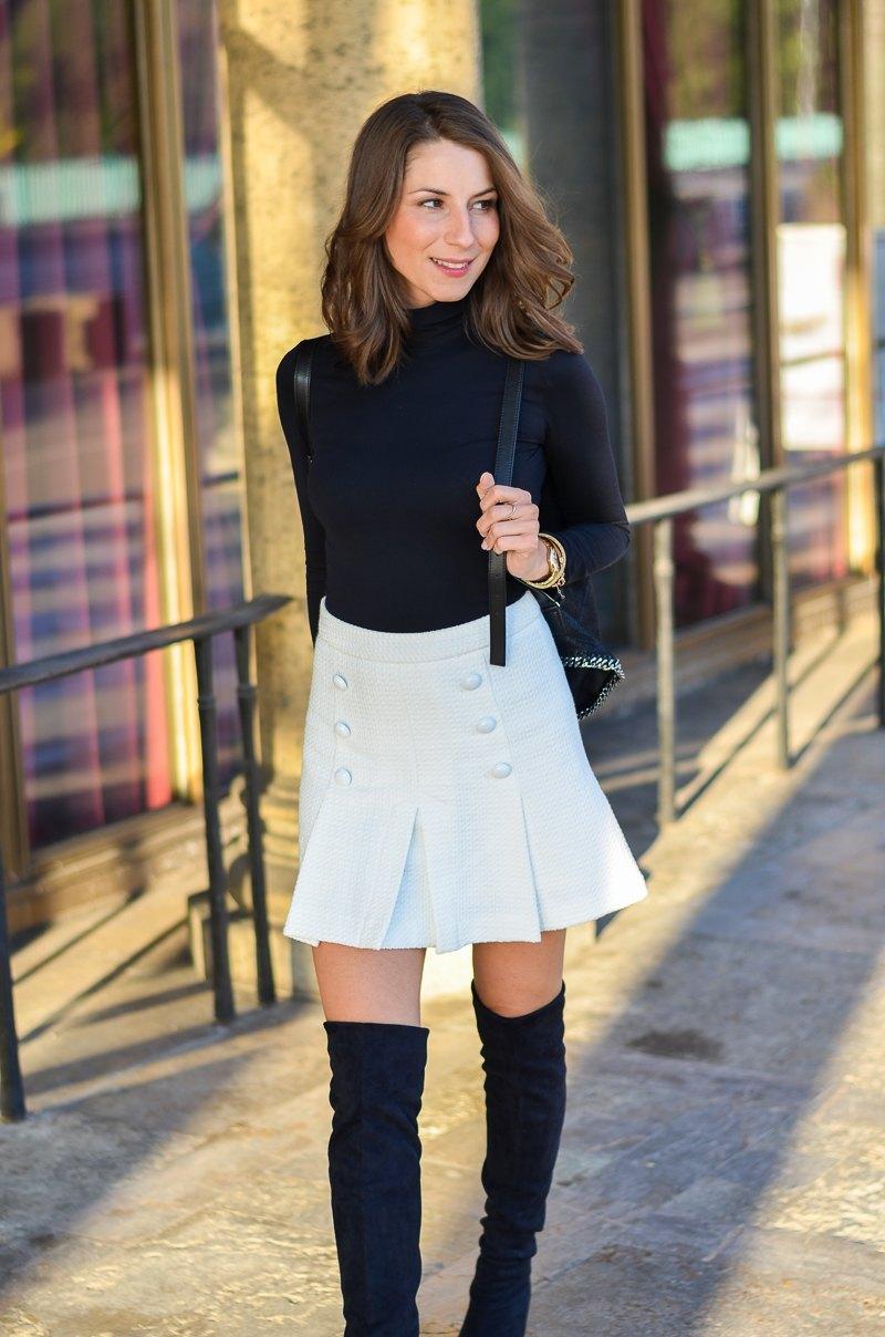 Outfit schwarze Overknees, weißer Rock mit Knöpfen von Zara und Rucksack