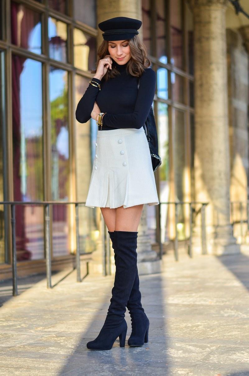 Outfit schwarze Overknees, weißer Rock mit Knöpfen von Zara und Rucksack 11