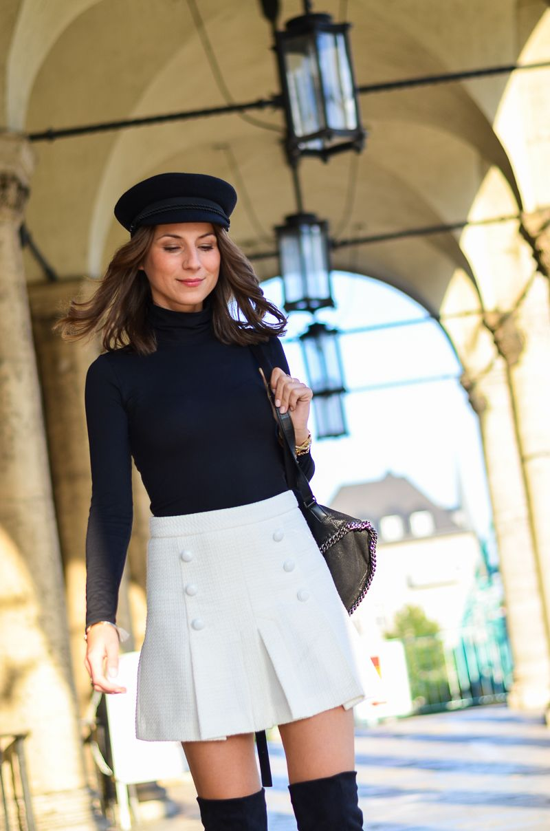 Outfit schwarze Overknees, weißer Rock mit Knöpfen von Zara und Rucksack 6