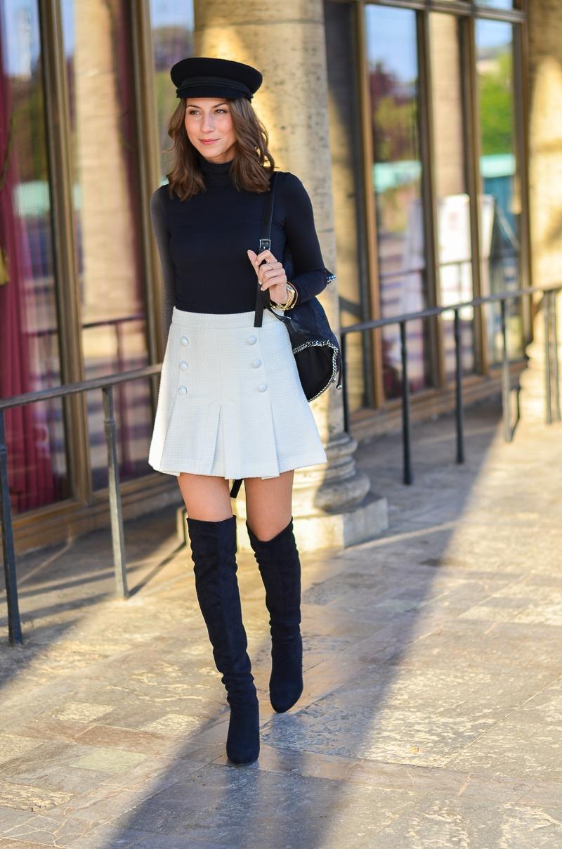 Outfit schwarze Overknees, weißer Rock mit Knöpfen von Zara und Rucksack 5