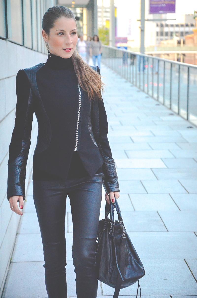 Klare_Linien_Zara_Lederhose_Balenciaga_Tasche_Bikerjacke_Dior_Pumps_schwarz_Blog 7