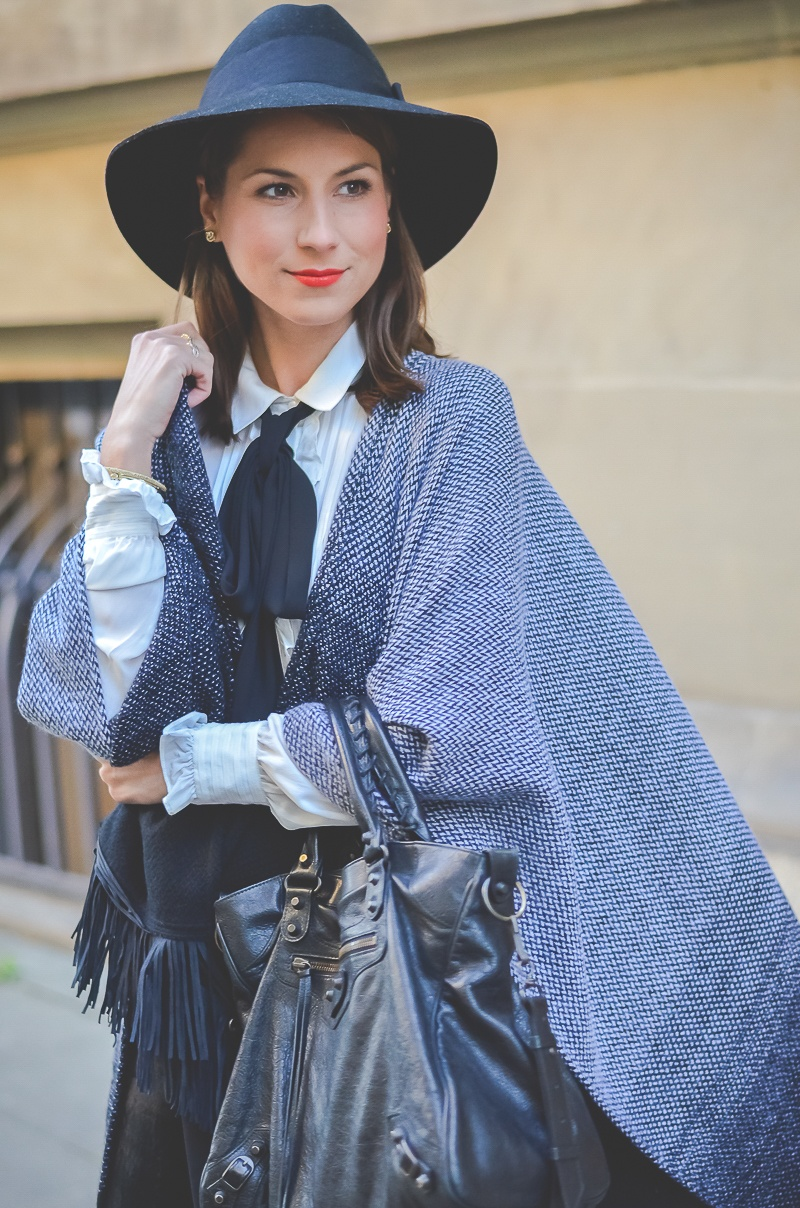 Outfit Herbst Must Have Poncho, schwarzer Rock, Ankle Boots, Schleifenbluse und Hut 8