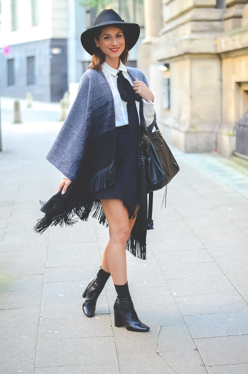 Outfit Herbst Must Have Poncho, schwarzer Rock, Ankle Boots, Schleifenbluse und Hut 5