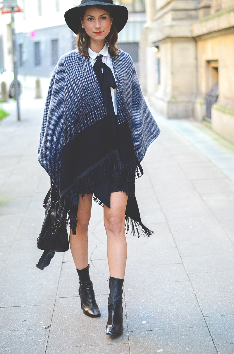 Outfit Herbst Must Have Poncho, schwarzer Rock, Ankle Boots, Schleifenbluse und Hut 4