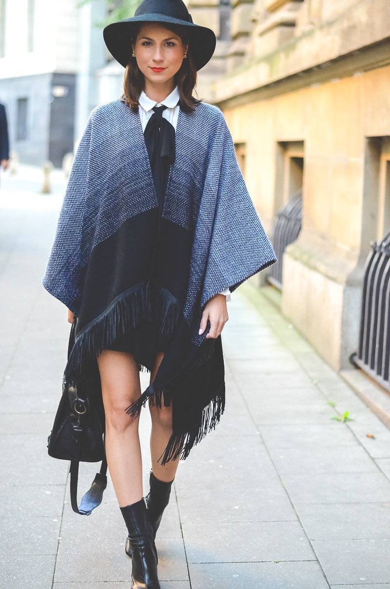 Outfit Herbst Must Have Poncho, schwarzer Rock, Ankle Boots, Schleifenbluse und Hut 3