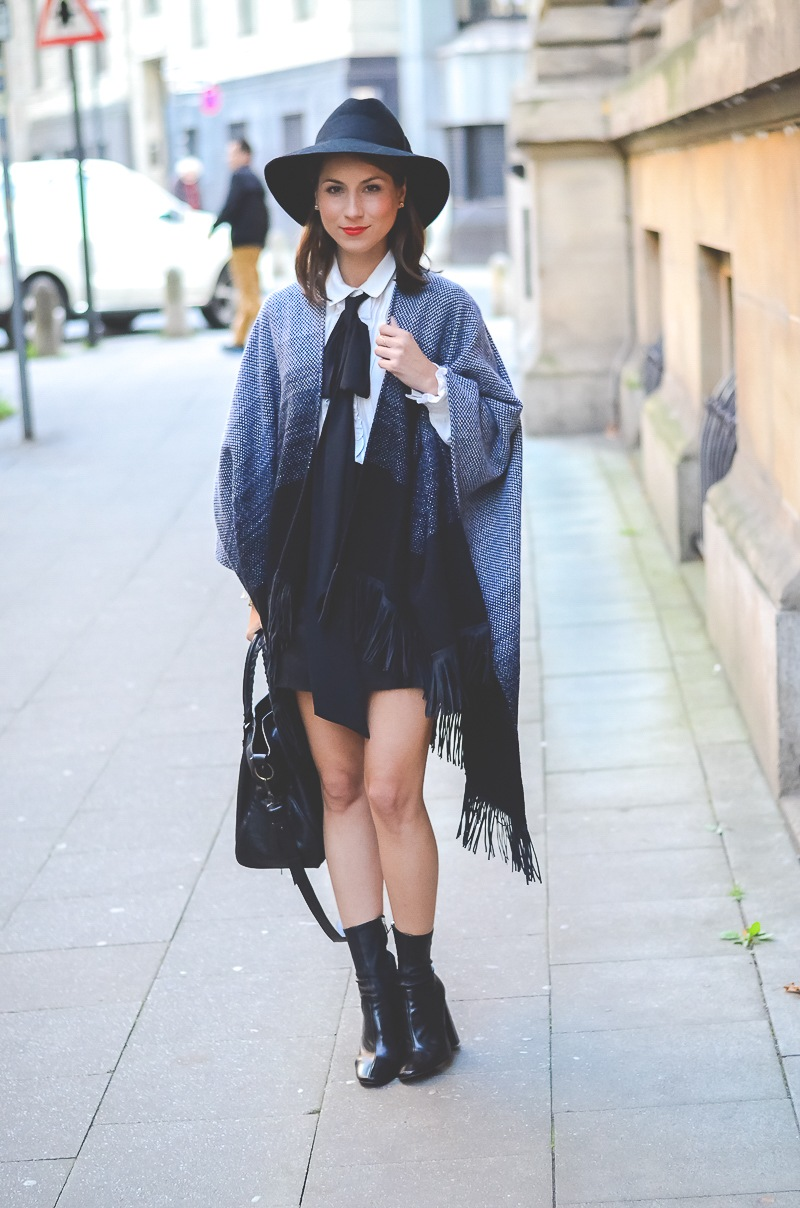 Outfit Herbst Must Have Poncho, schwarzer Rock, Ankle Boots, Schleifenbluse und Hut 2