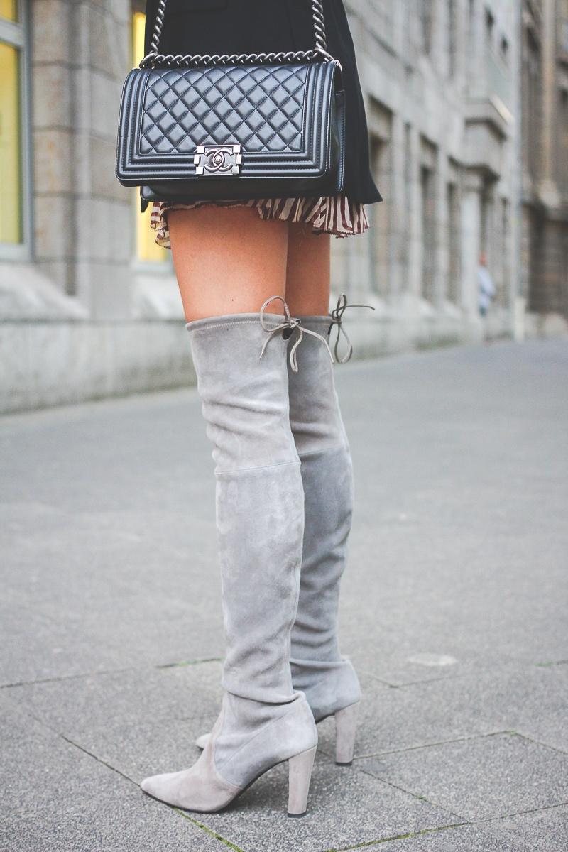 Stuart-Weitzmann-graue-Overknee-Stiefel-Chanel-Boy-Bag 3