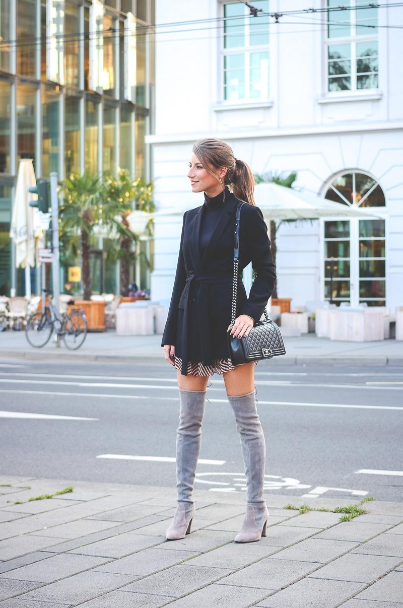 92c428aa5dc Stuart-Weitzmann-graue-Overknee Stiefel-Chanel-Boy-Bag 16