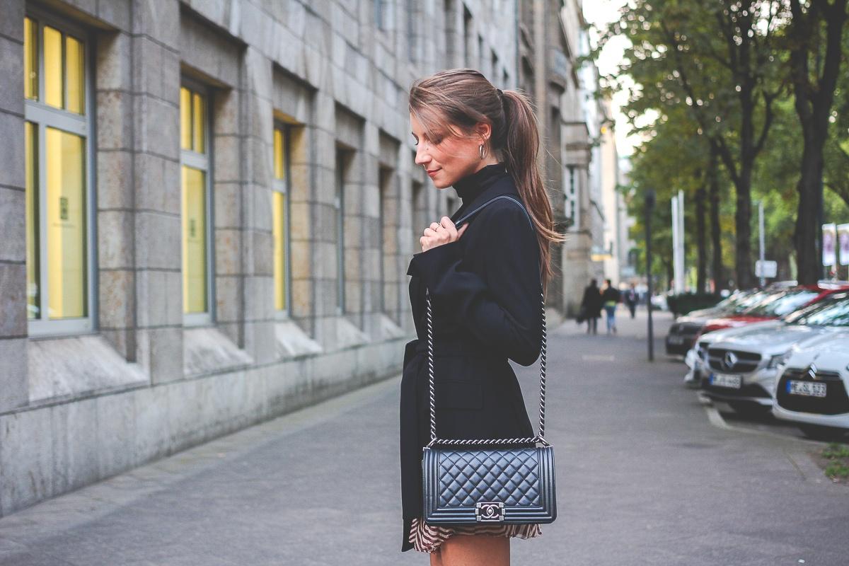 Stuart-Weitzmann-graue-Overknee-Stiefel-Chanel-Boy-Bag