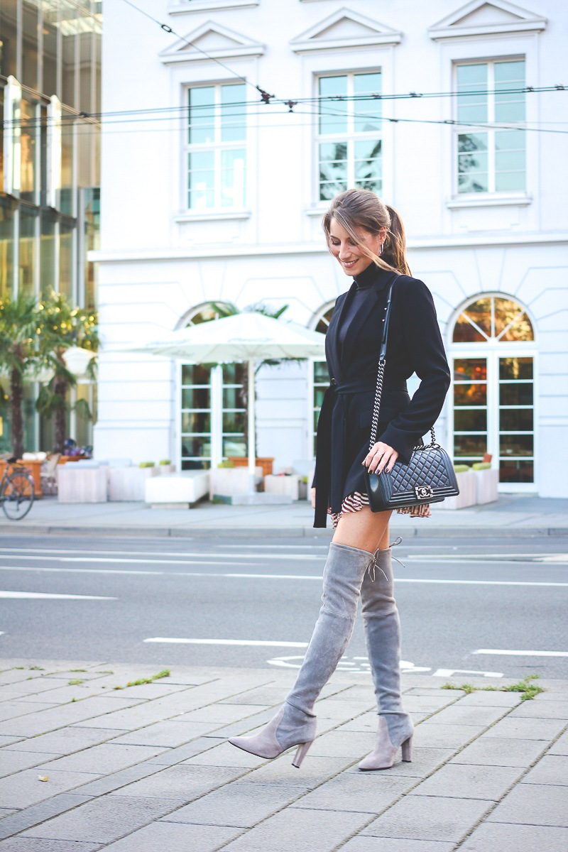 Stuart-Weitzmann-graue-Overknee Stiefel-Chanel-Boy-Bag 15