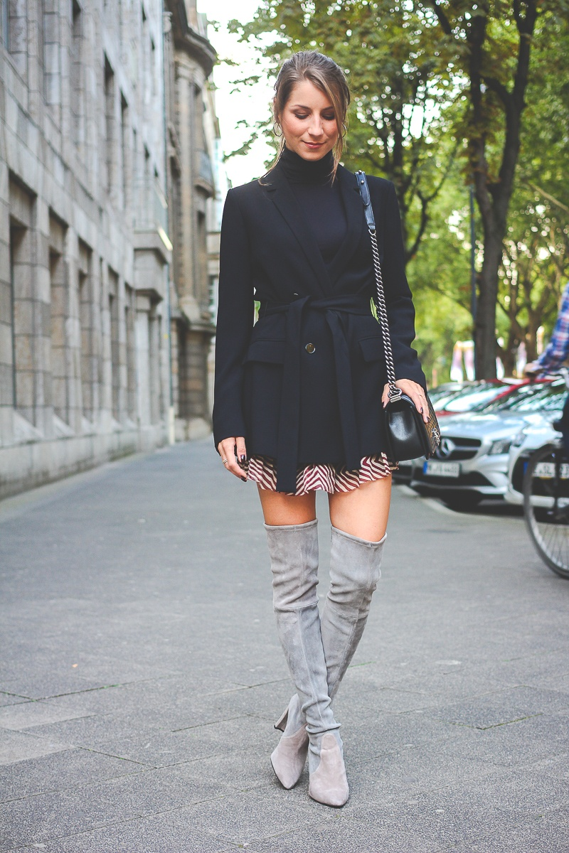 Stuart-Weitzmann-graue-Overknee Stiefel-Chanel-Boy-Bag 12