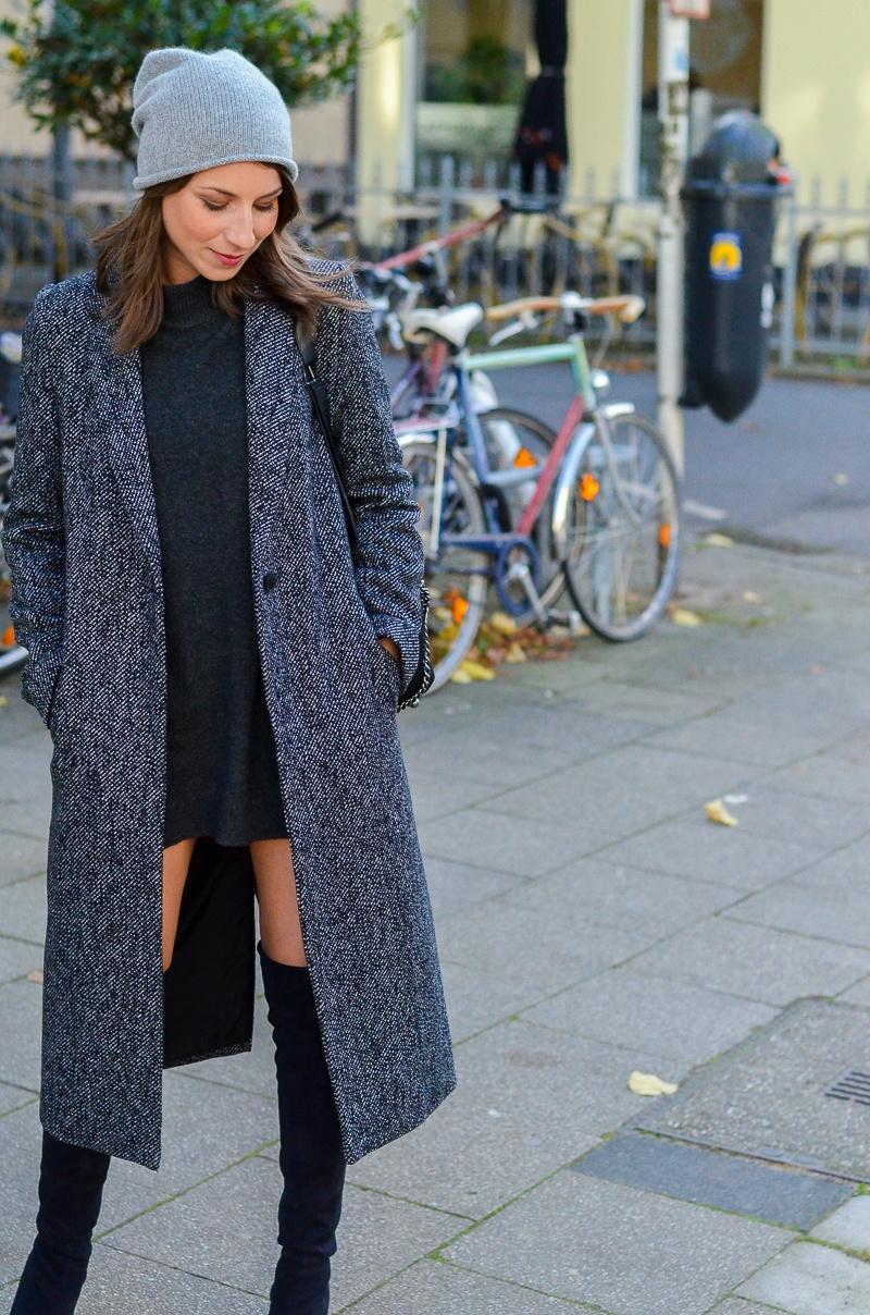 Outfit langer Zara Maxi Mantel, Cashmere Beanie, Oversize Pullover, schwarze Overknees und Rucksack 2