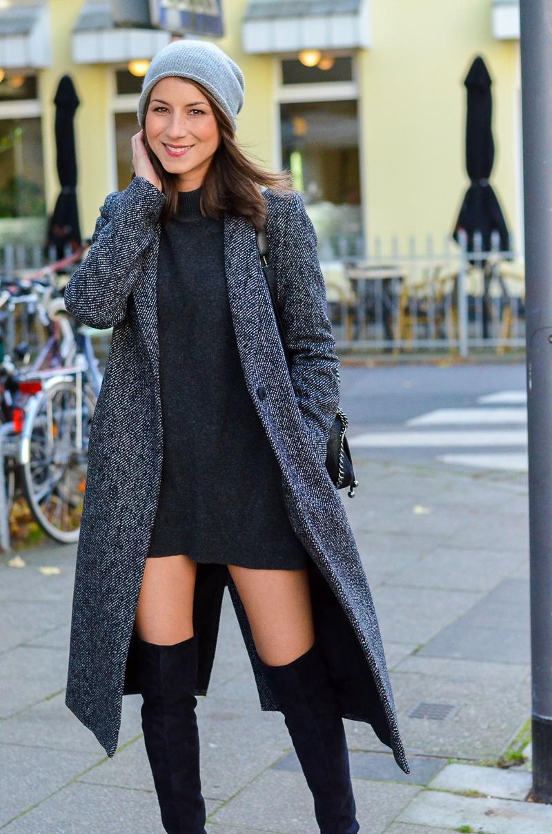 Outfit langer Zara Maxi Mantel, Cashmere Beanie, Oversize Pullover, schwarze Overknees und Rucksack 4