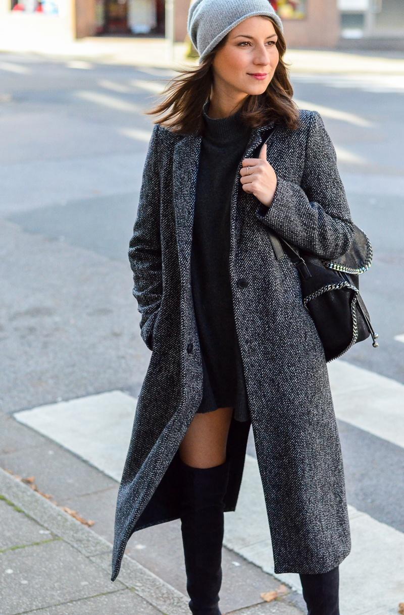 Outfit langer Zara Maxi Mantel, Cashmere Beanie, Oversize Pullover, schwarze Overknees und Rucksack 5