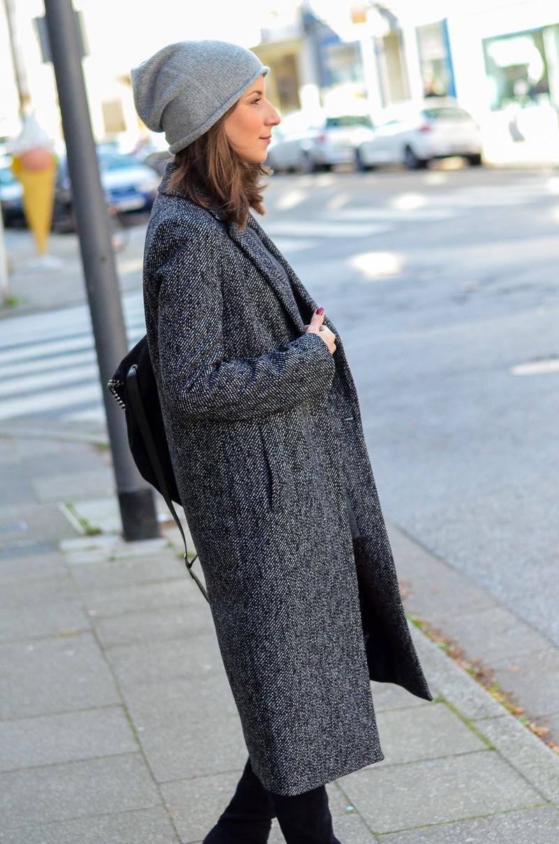 Outfit langer Zara Maxi Mantel, Cashmere Beanie, Oversize Pullover, schwarze Overknees und Rucksack