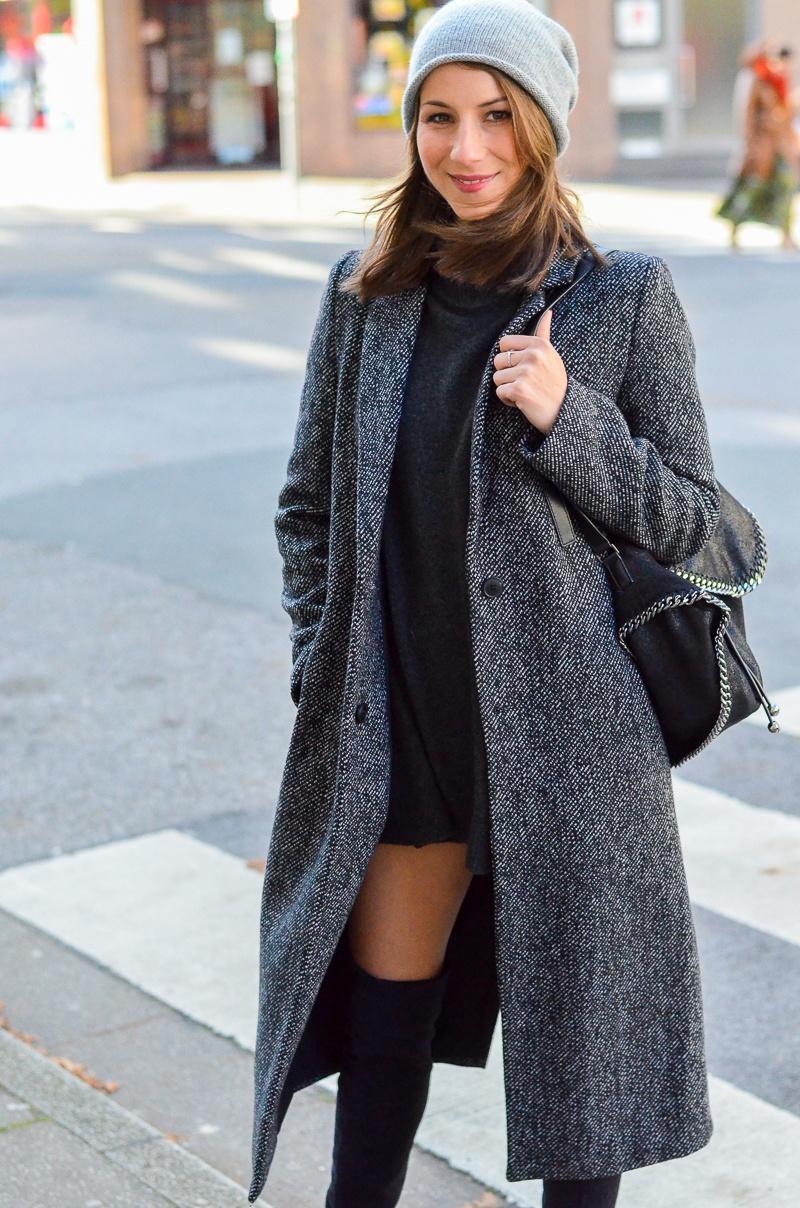 Outfit langer Zara Maxi Mantel, Cashmere Beanie, Oversize Pullover, schwarze Overknees und Rucksack 6