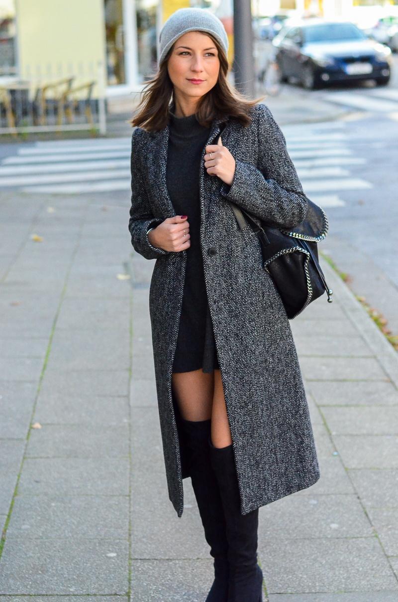 Outfit langer Zara Maxi Mantel, Cashmere Beanie, Oversize Pullover, schwarze Overknees und Rucksack 7