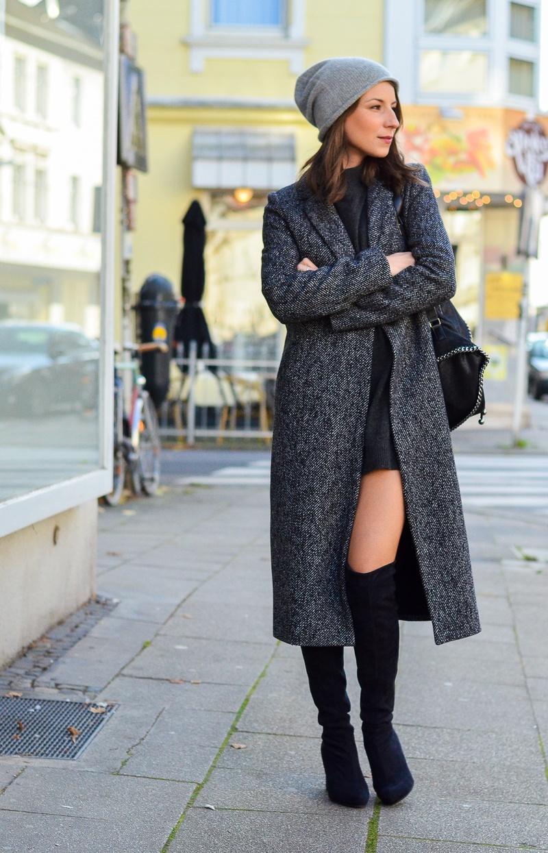Outfit langer Zara Maxi Mantel, Cashmere Beanie, Oversize Pullover, schwarze Overknees und Rucksack 9