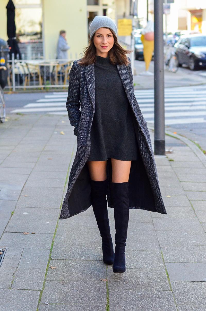 Outfit langer Zara Maxi Mantel, Cashmere Beanie, Oversize Pullover, schwarze Overknees und Rucksack 11