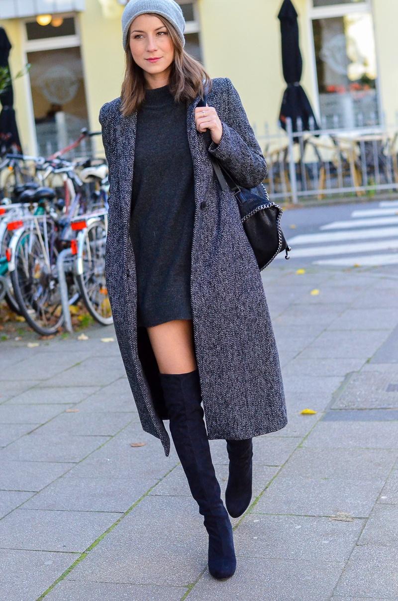 Outfit langer Zara Maxi Mantel, Cashmere Beanie, Oversize Pullover, schwarze Overknees und Rucksack 1