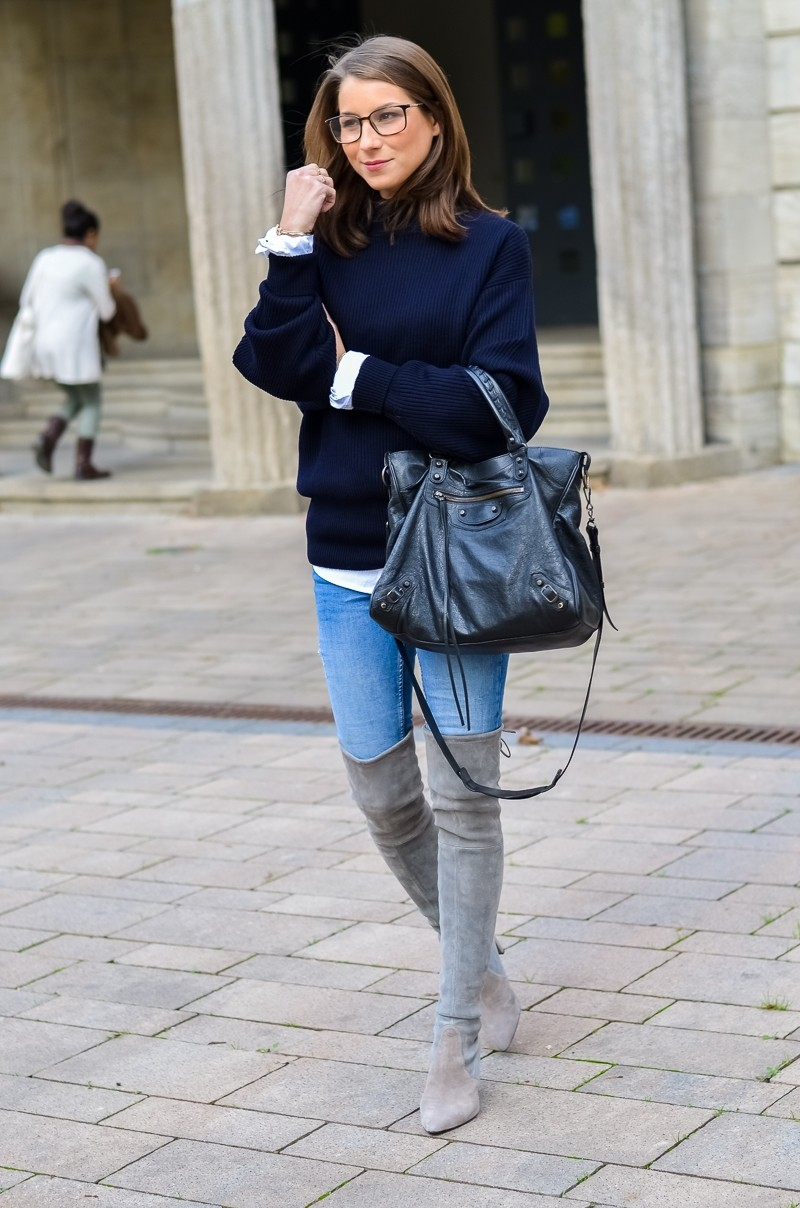 Outfit Herbst Oversized Pullover Overknee Boots Jeans optische Brille 9