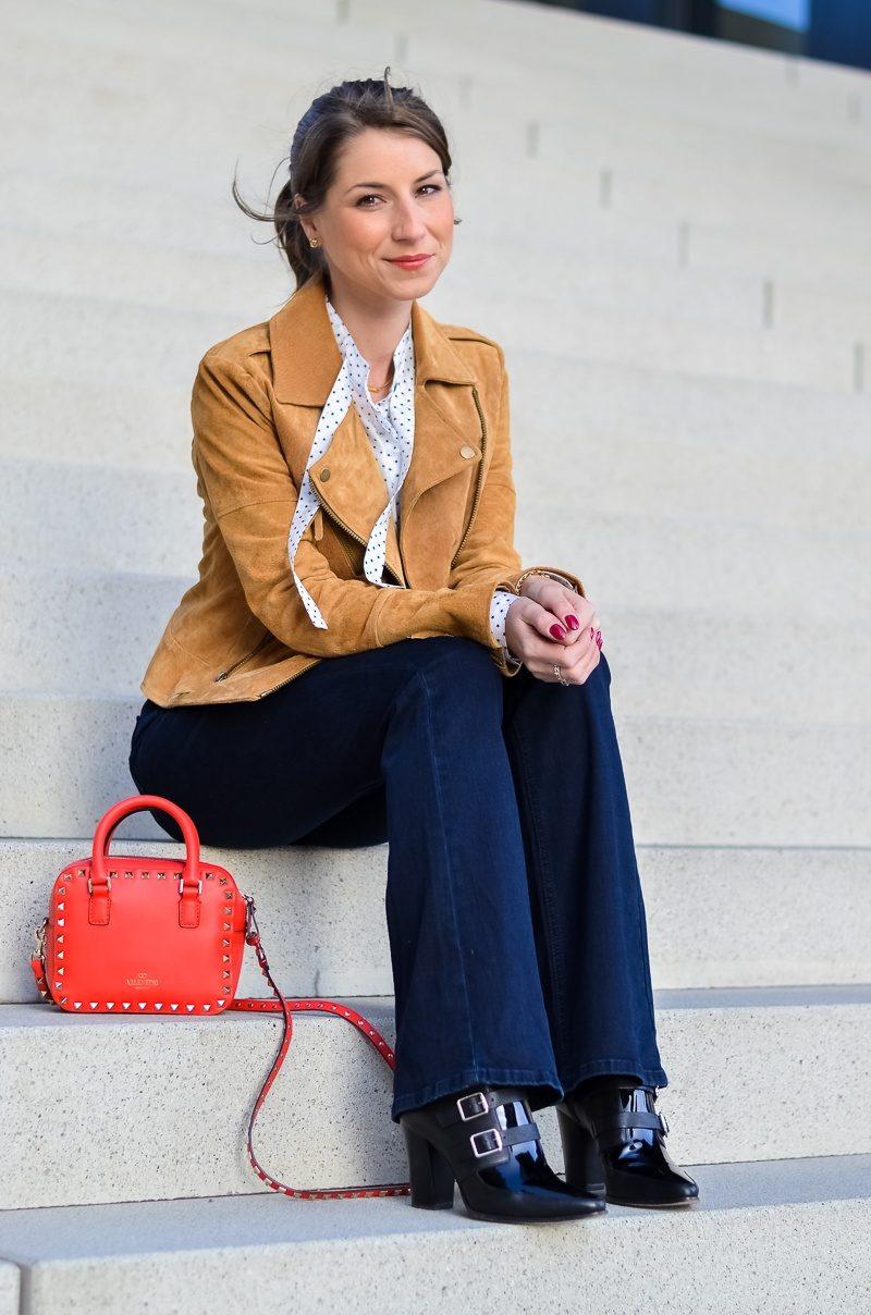 Reserved Outfit hellbraune Lederjacke Seidenbluse und dunkelblaue Jeans Schlaghose 11