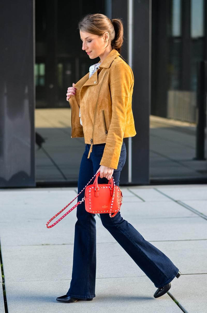 Reserved Outfit hellbraune Lederjacke Seidenbluse und dunkelblaue Jeans Schlaghose 3