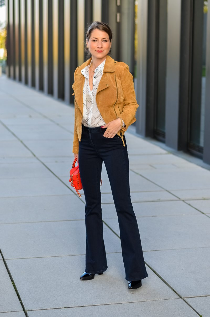 Reserved Outfit hellbraune Lederjacke Seidenbluse und dunkelblaue Jeans Schlaghose 10
