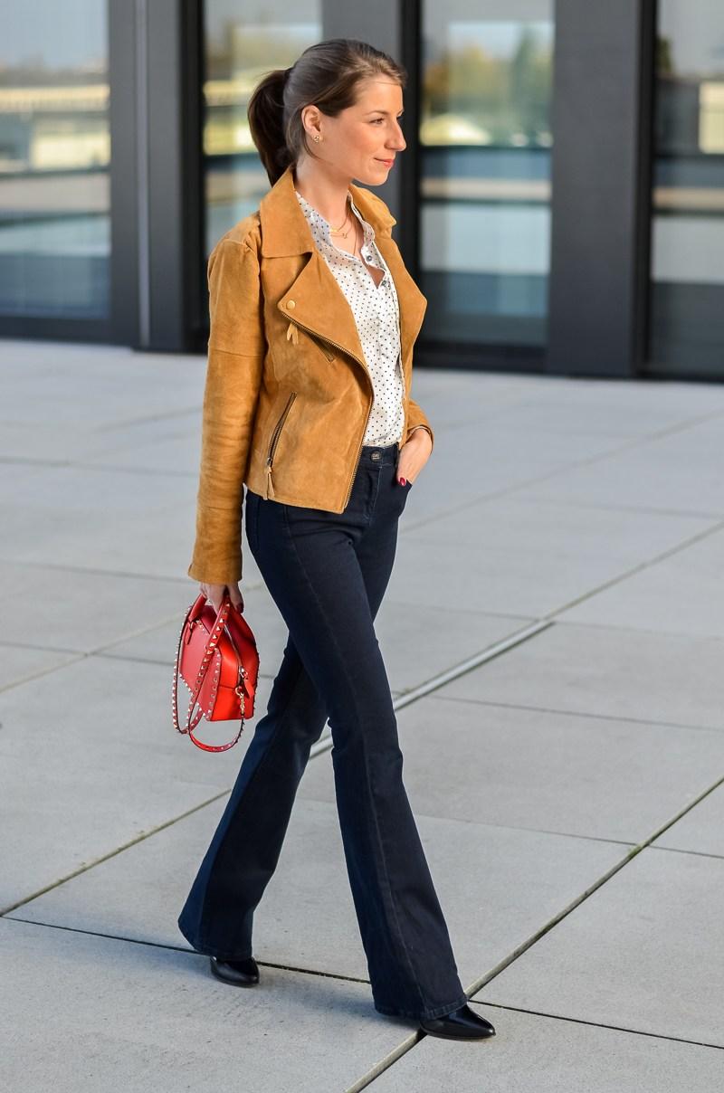 Reserved Outfit hellbraune Lederjacke Seidenbluse und dunkelblaue Jeans Schlaghose 7
