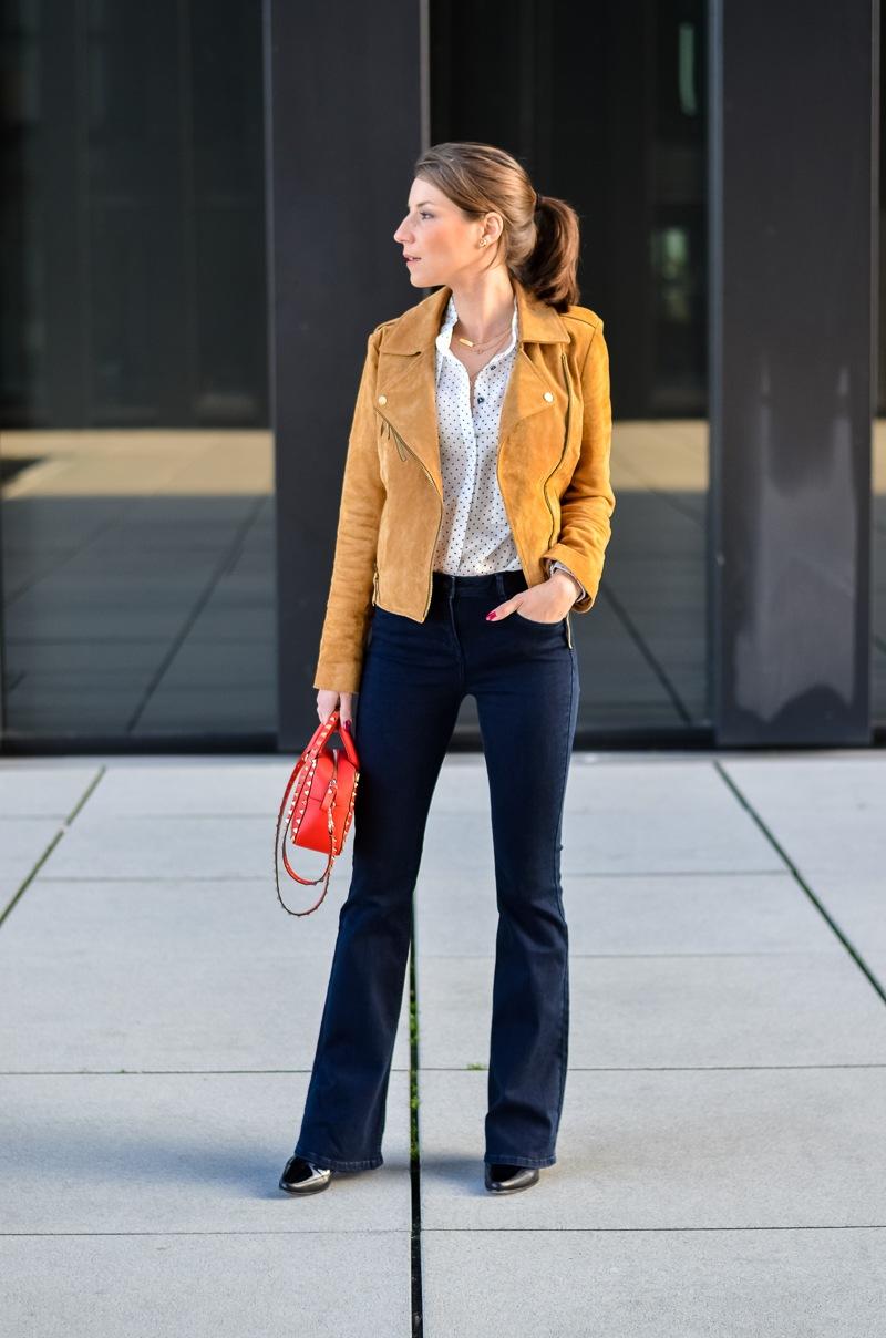 Reserved Outfit hellbraune Lederjacke Seidenbluse und dunkelblaue Jeans Schlaghose 6