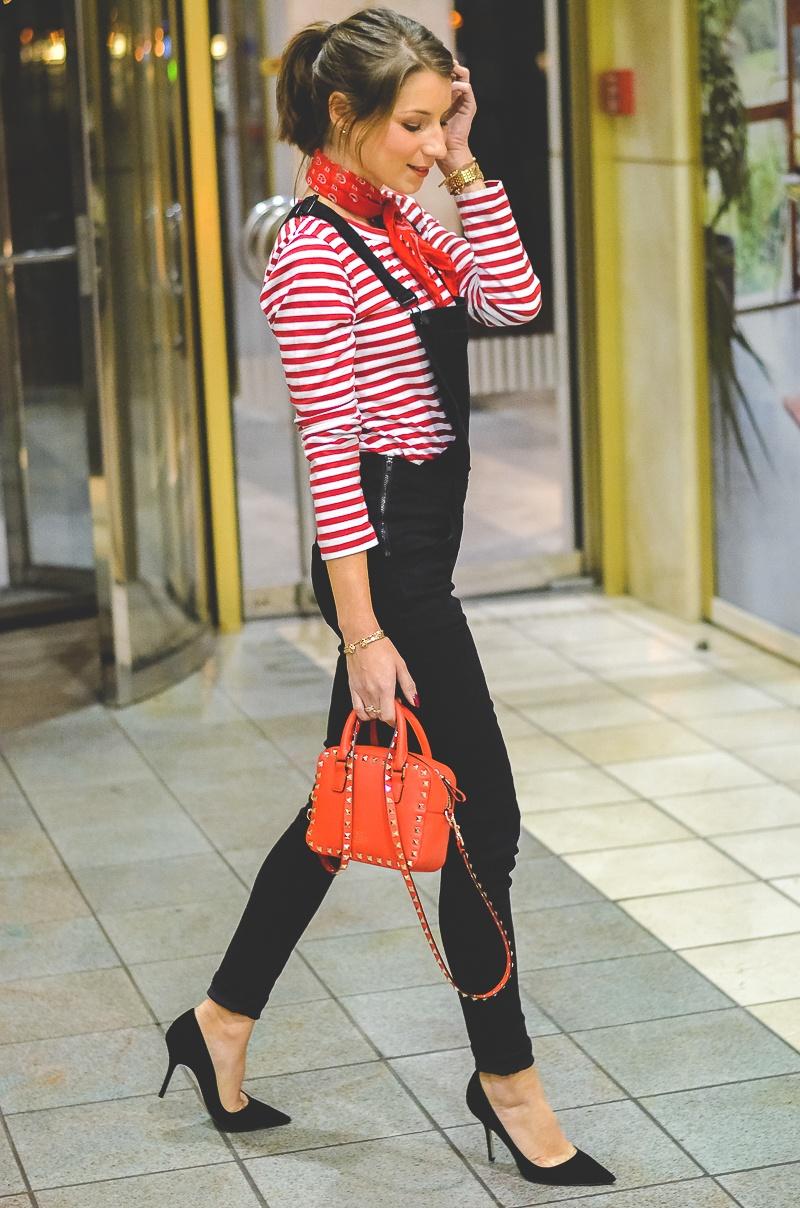 Outfit schwarze Skinny Latzhose , Pumps , Halstuch , Banana, rot , weiss , gestreift , shirt , Valentino , tasche 7