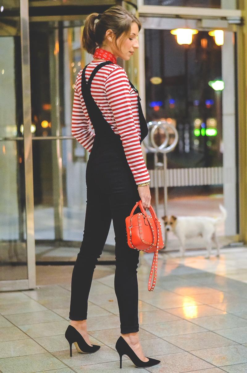 Outfit schwarze Skinny Latzhose , Pumps , Halstuch , Banana, rot , weiss , gestreift , shirt , Valentino , tasche 6