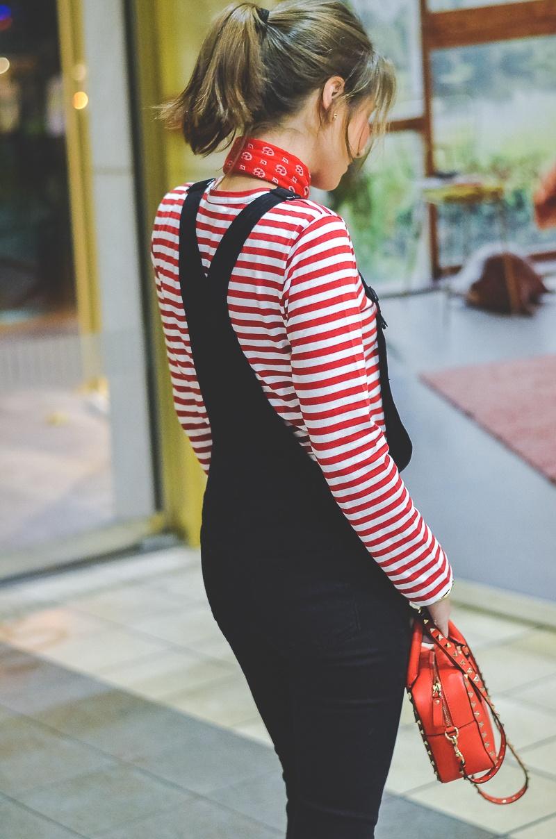 Outfit schwarze Skinny Latzhose , Pumps , Halstuch , Banana, rot , weiss , gestreift , shirt , Valentino , tasche 5