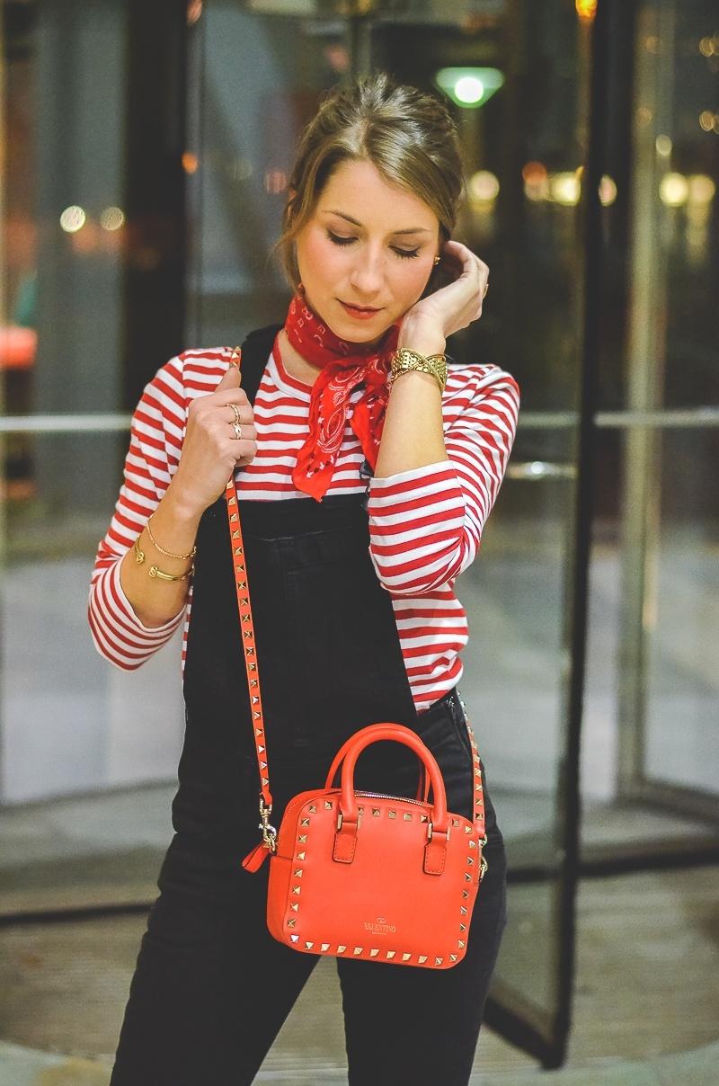 Outfit schwarze Skinny Latzhose , Pumps , Halstuch , Banana, rot , weiss , gestreift , shirt , Valentino , tasche 4