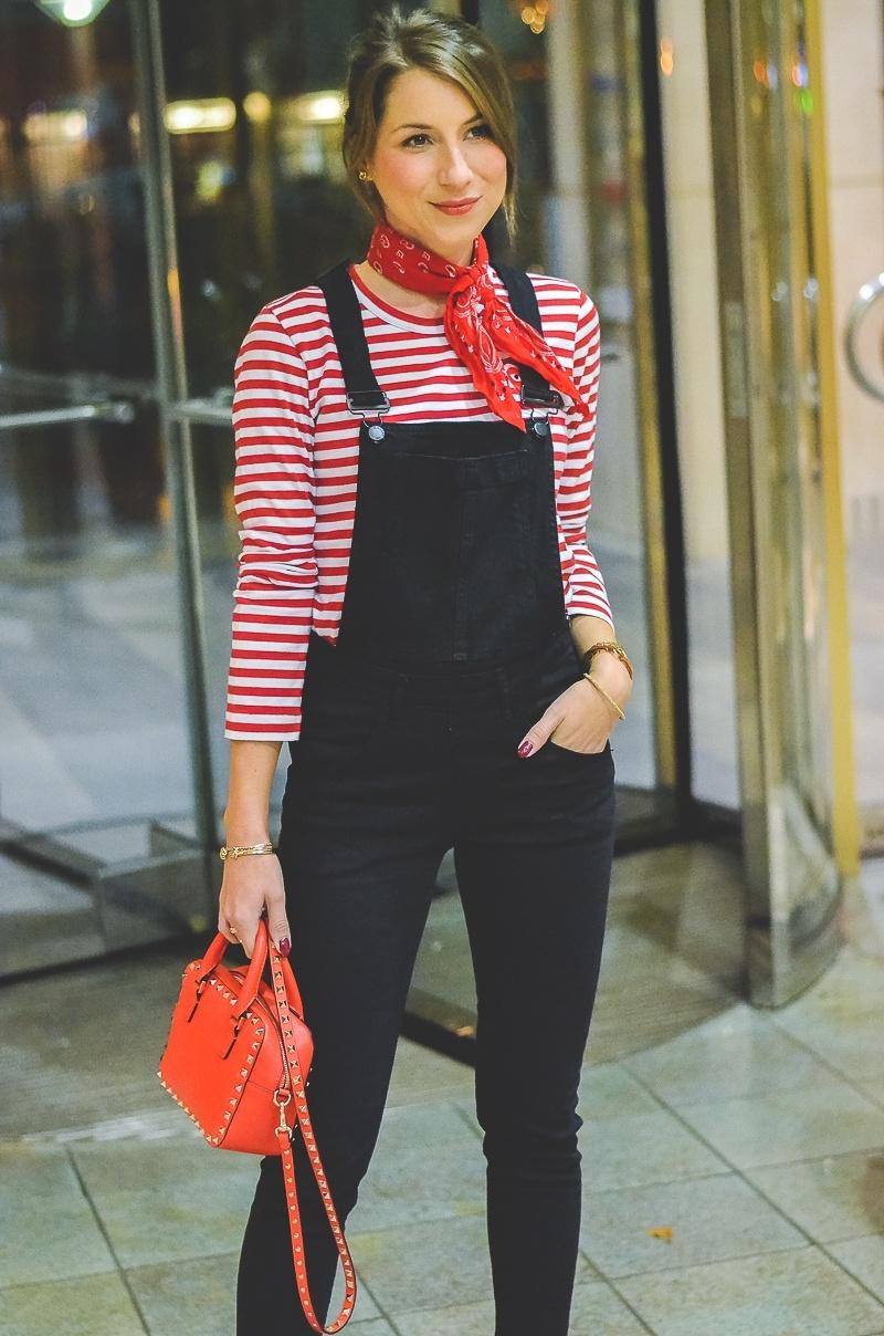 Outfit schwarze Skinny Latzhose , Pumps , Halstuch , Banana, rot , weiss , gestreift , shirt , Valentino , tasche 3